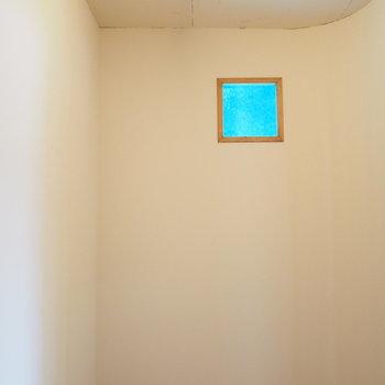 サービースルームの中。青い小窓がポイント