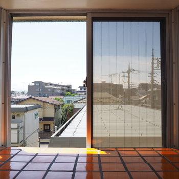 出窓が2つ。どちらもオレンジのタイルが貼られてます