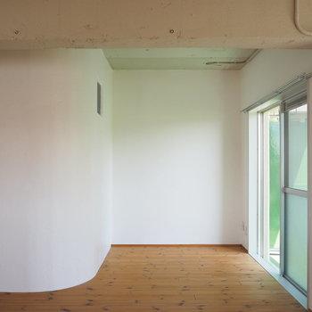 サービスルームの壁が婉曲していて丸みが素敵