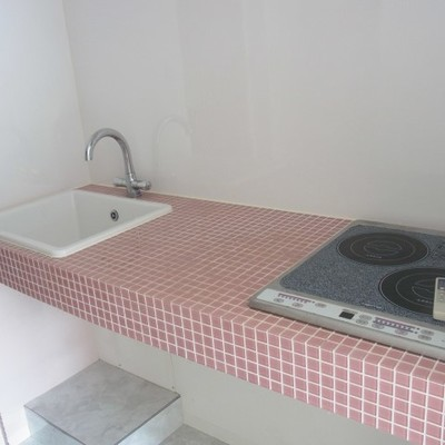 キッチンのピンク色タイル