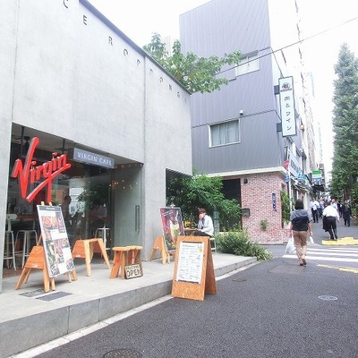 建物前の通りは飲食店が沢山!