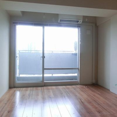 大きく窓の開いた明るいお部屋です。