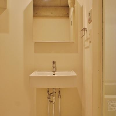 洗面台はシンプルなデザイン※前回募集時の写真です