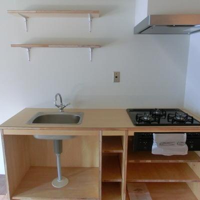 キッチンはシンプルな3口ガスコンロ