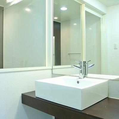 大きな鏡の洗面台はうれしいですね