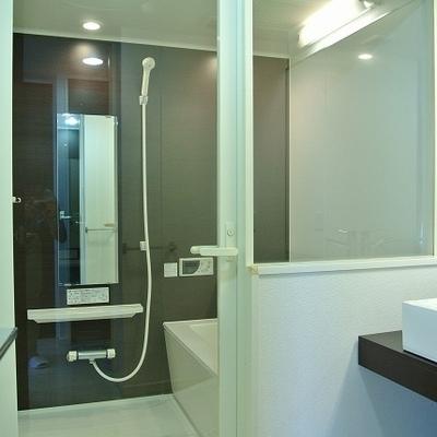 ガラス張りの浴室です