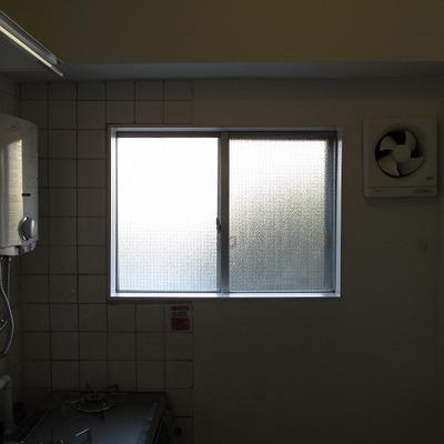 キッチンにひとつ窓があります