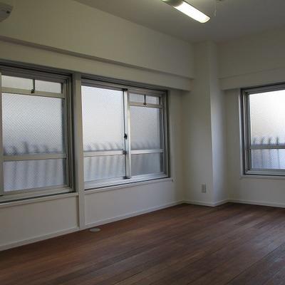 大き目の窓が3つあります