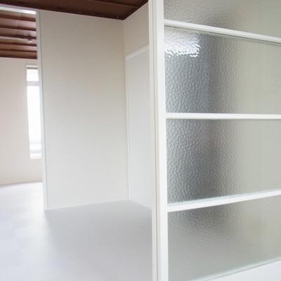 キッチンと居間を仕切る扉がかわいい