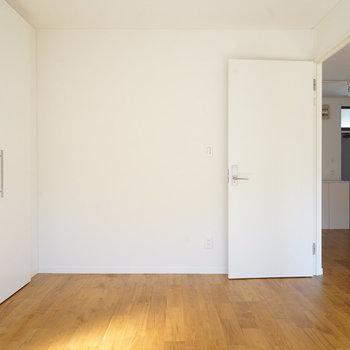 真っ白清潔な寝室です!