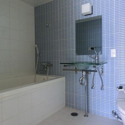 バストイレは一緒に。水色のタイル、外国みたい。