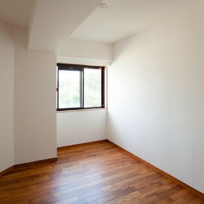 小さめのほうの寝室です