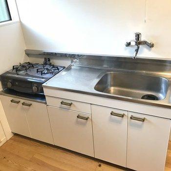 キッチンは既存ですがシート張りできれい。※写真は反転間取り別部屋のもの、床はタイルになります