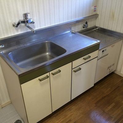 キッチンはまだまだ綺麗。写真にはありませんが、コンロは2口のものがすでに設置済です!※写真は前回募集時のものです