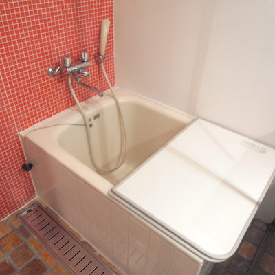 お風呂も狭めです※写真2階の同間取り別部屋です