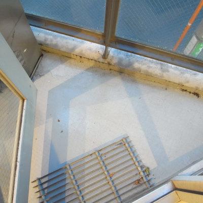 ベランダ狭め。※写真2階の同間取り別部屋です