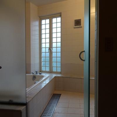 お風呂はガラス張りでまとめています※写真は別部屋です
