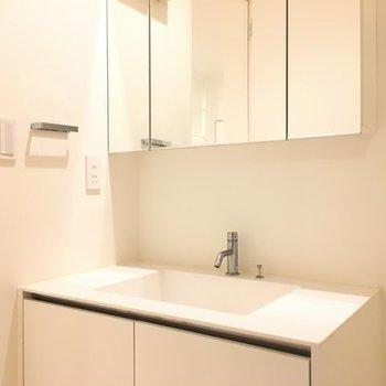 洗面台も白※写真は別部屋です