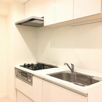 システムキッチンも白※写真は別部屋です