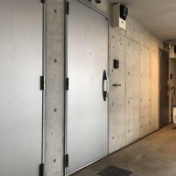 写真真ん中のドアが今回紹介したお部屋です。