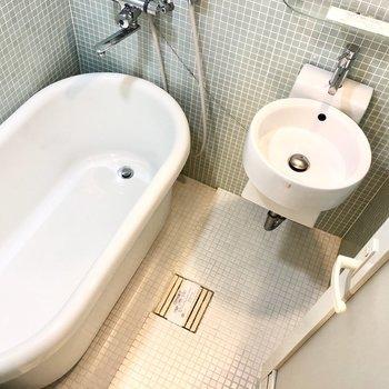 お風呂場に洗面台がありますよ。