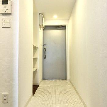 玄関は土足で上がれる部分が広め。靴をちょっと置きっぱなしにしても余裕がありそうです。