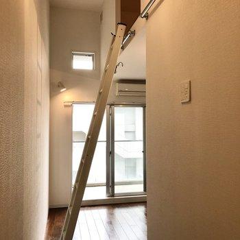 はしごをかけてロフトへ。