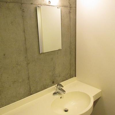鏡は小さいですが台は広めです。
