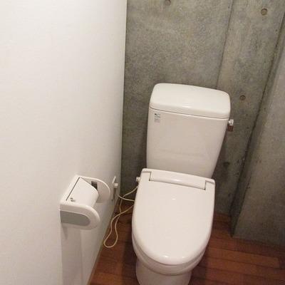 トイレは洗面台の横です。
