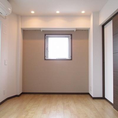 お部屋は、アクセントクロスなどでおしゃれです。