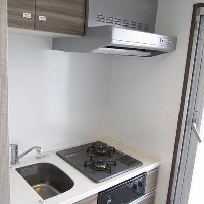 キッチンは少し小さめですが2口コンロです。