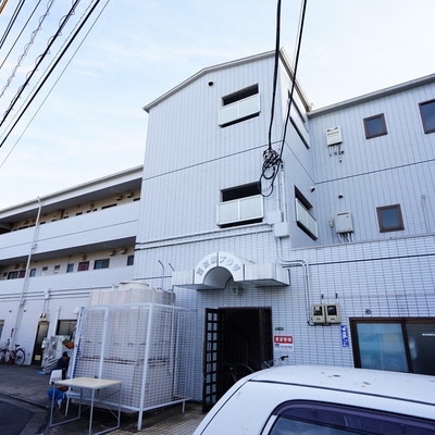 ホワイトタイルの3階建てマンション