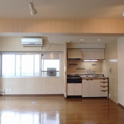 キッチン方面も窓があって明るい!