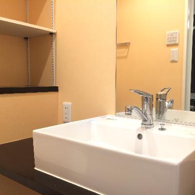 清潔感ある洗面台、棚もたくさん