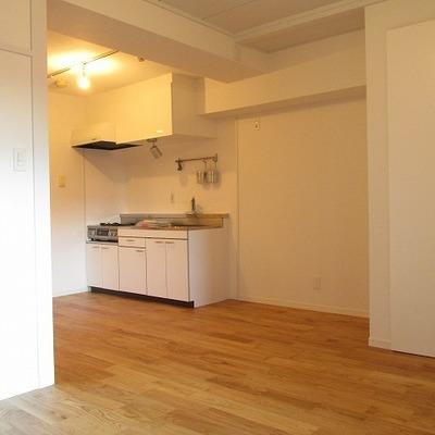 キッチン横の冷蔵庫スペースも大きめが魅力的※写真は前回募集時のものです