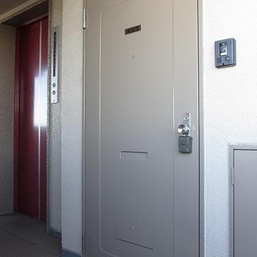 エレベーターの隣のお部屋です ※前回募集時の写真です