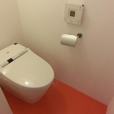 トイレの床はビビッドなオレンジ