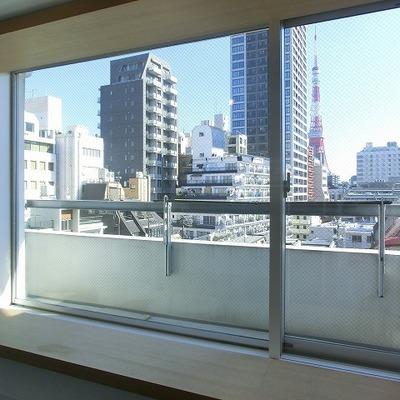 都会の窓辺