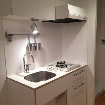キッチンは、2口ガスコンロのTOMOSオリジナルキッチン※写真はリノベーション当時のものです