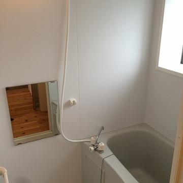 お風呂は新品。窓があります。