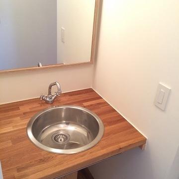 洗面台のボールも可愛い。鏡は大きめ