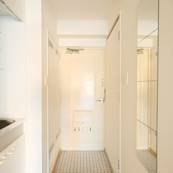 玄関前には全身鏡が◎※写真はクリーニング、通電前のものです