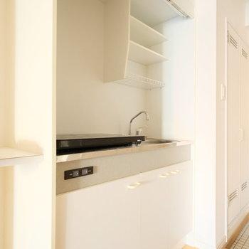 キッチンは昔ながらのものですが※写真はクリーニング、通電前のものです
