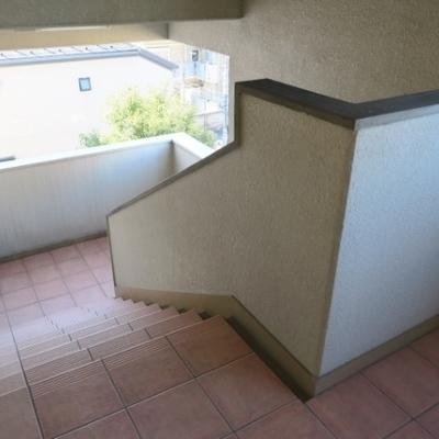 お部屋までは階段で4階