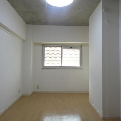 こちらは玄関横の寝室