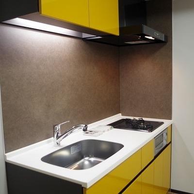 黄色いキッチンがかわいいですね!