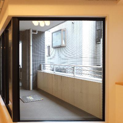 この大きな窓が好き!奥のベッドルームが見えます