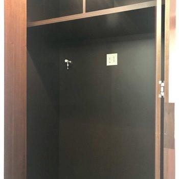 廊下には収納スペース。洗濯機はこちらに。