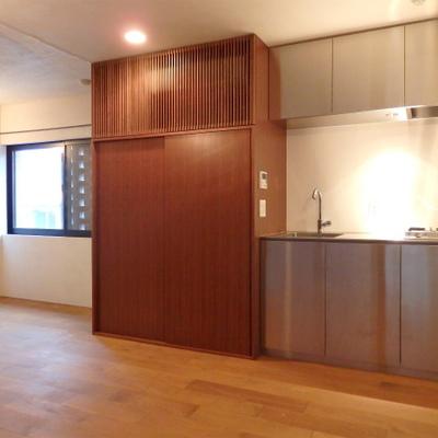 ステンレスのキッチンがかっこ良く光る※写真は別部屋です。