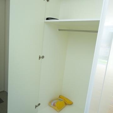 玄関にも大きめの収納※写真は別部屋